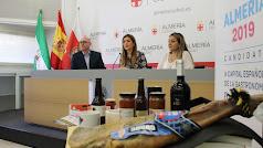 Los productos que se sortearán estuvieron presentes en la rueda de prensa.