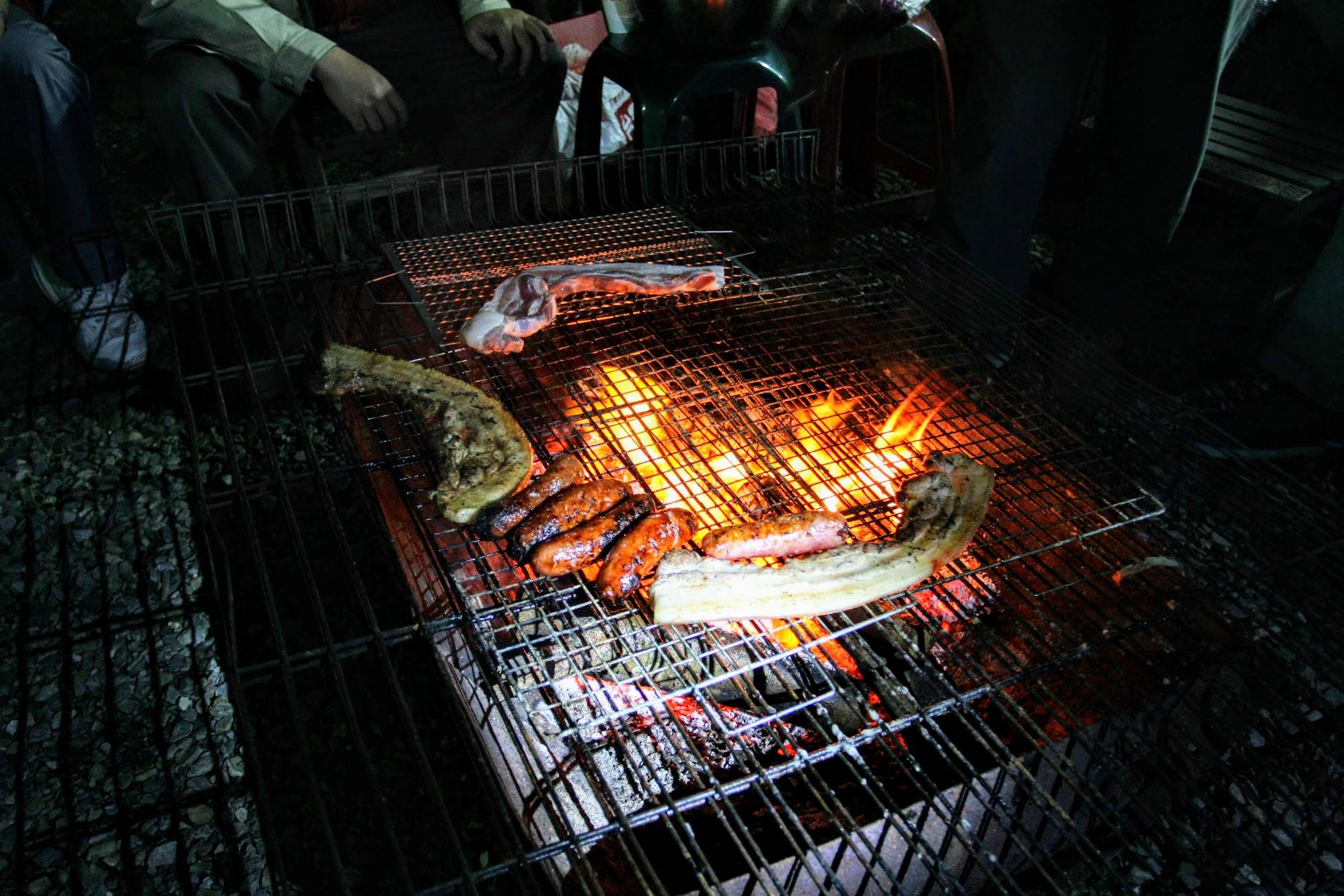趁著爐火溫度逐漸降溫開始烤肉烤香腸...太旺的火烤起來外焦內不熟,現在則是剛好的火候! 是不是,這才是正港的風味!!!!