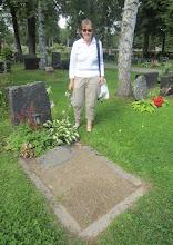 Photo: Pirkko isänsä haudalla