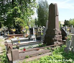 Photo: Nieliczną grupę na łódzkim cmentarzu św. Franciszka stanowią obeliski. Jednym z najbardziej artystycznie interesujących nagrobków z tej grupy, jest utrzymany w postsecesyjnej stylistyce, pomnik nad grobem Antoniny z Kulskich Kakulewskiej, zmarłej 11 kwietnia 1927 roku. Wykonany z czerwonego piaskowca wąchockiego, składa się ze spłaszczonego obelisku nakrytego całunem (symbolem przemijania i nietrwałości życia), ustawionego na cokole z głazu o ciosowych łamanych powierzchniach. Przód pomnika wypełnia pozioma płyta nagrobna otoczona ogrodzeniem z kształtowników żeliwnych osadzonych na kamiennych słupkach.