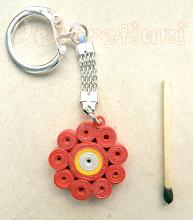 Photo: Breloc cu floare roşie Ornament : tehnica quilling, lăcuit realizat de Maia Martin Preţ: 10 lei În stoc: 1 bucată  http://dekoratiuni.blogspot.ro/2014/05/breloc-cu-floare-rosie.html