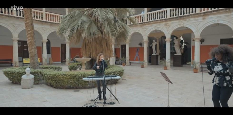 En la Escuela de Artes, Albertina Barceló da vida junto a Carlene Graham al 'Strawberry Fields Forever' que Lennon compuso en Almería.