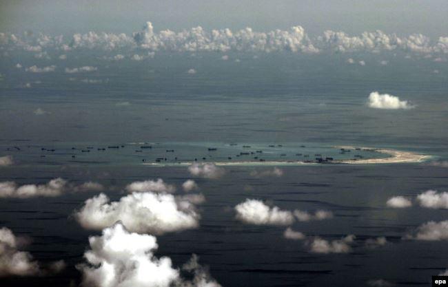 Вид на один из искусственных островов, возводимых Китаем в Южно-Китайском море