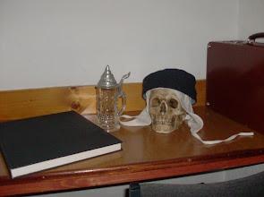 Photo: Der Schreibtisch neben dem Bett des Professors.