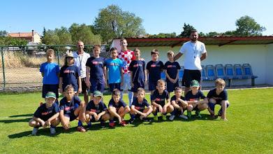 """Photo: Saša Urošević sa dječacima iz kampa """"DK"""" na kampu"""