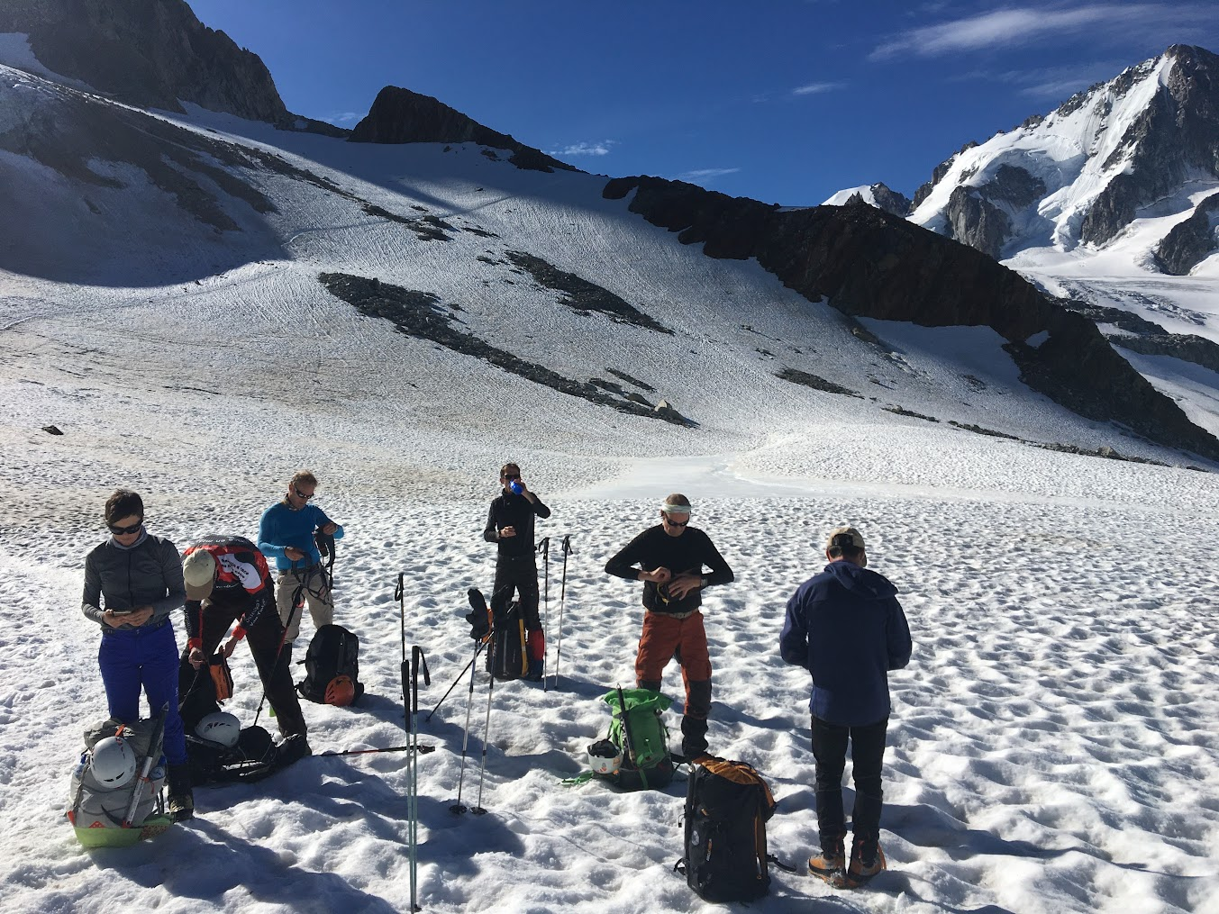 Terug op de gletsjer gaan na een pauze van 5 minuten, de stijgijzers weer onder de schoenen.