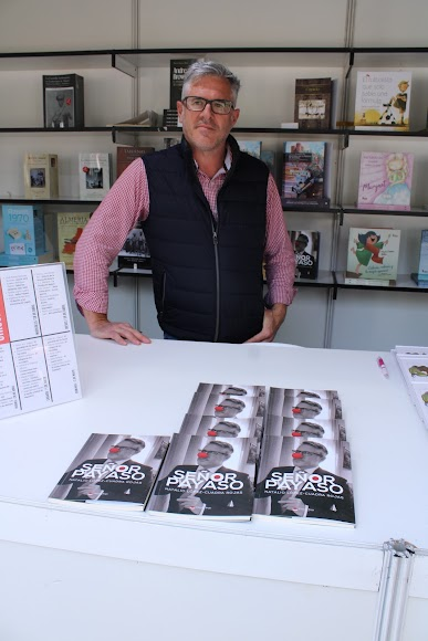 El escritor Natalio López-Cuadra Rojas junto a su libro titulado Señor Payaso.