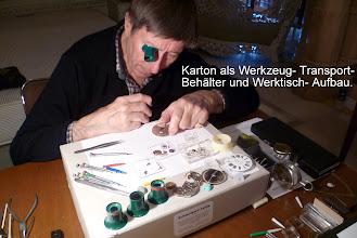 Photo: Um die Arbeit an Kleinuhren zu ermöglichen, dient mein 12 cm- Werkzeug- Transport- Karton als Werktisch- Aufbau.