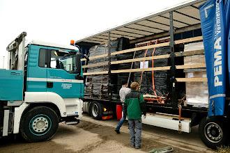Photo: 09-11-2012 © ervanofoto De oplegger wordt opengemaakt, de te lossen lading komt te voorschijn.