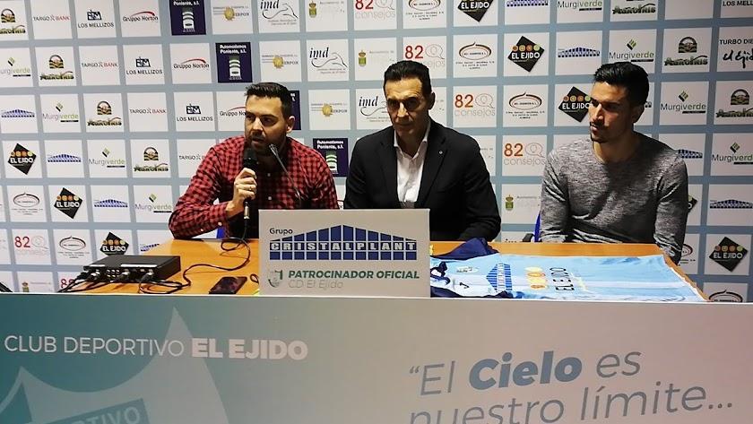 El nuevo entrenador en el campo de Santo Domingo.