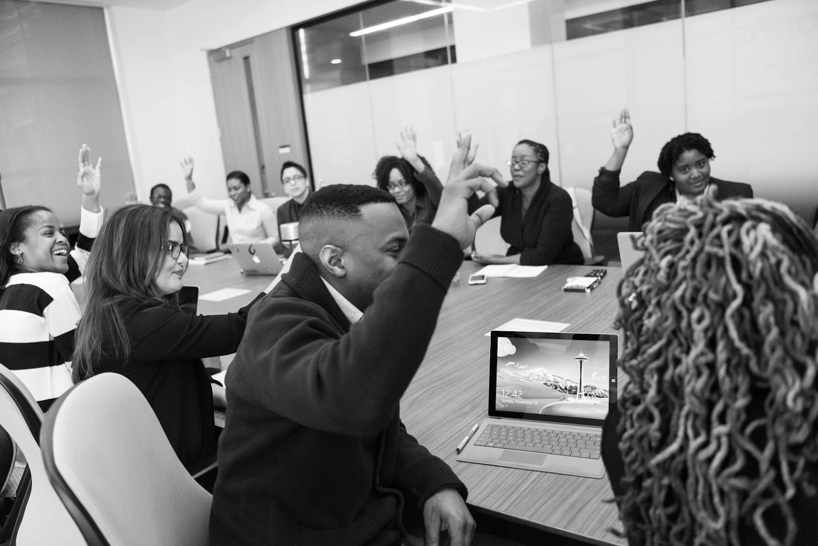 Votación a mano alzada en una reunión de trabajo