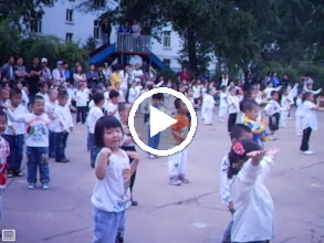 Video: some old home movies: baby son, warrenzh 朱楚甲 in his kindergarten's party in QRRS, his dad, benzrad 朱子卓's once long time employer.he is clumsy for didn't join his class regularly.