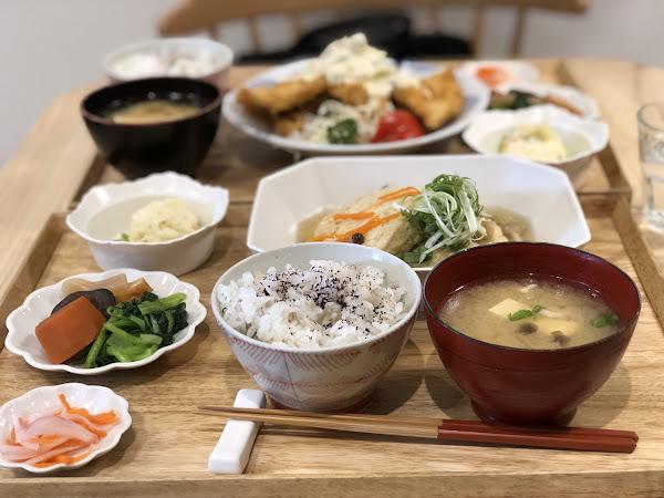 📍柚子 Pomelo's Home ———————#米粒食新竹—————— . 日式小清新的風格,門口柚子Logo超好拍📷,用餐時間才剛到就客滿,好險這次從台北下來有先訂位不然就GG了🤣 - 往
