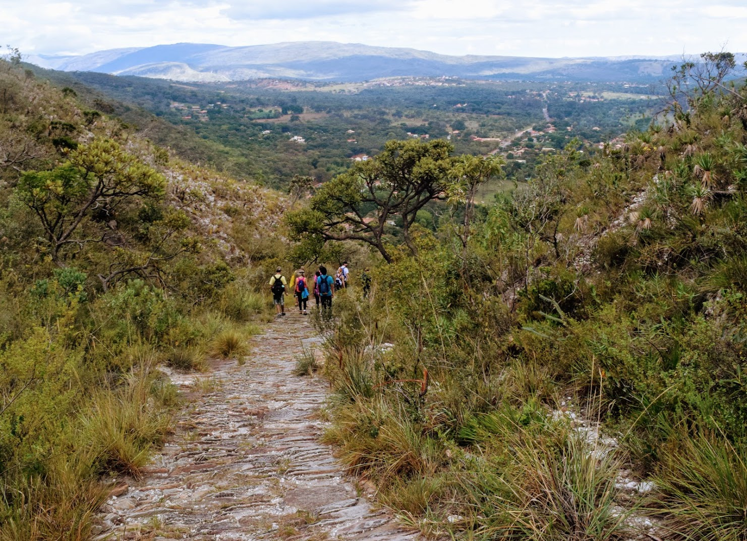Descida para finalizar a Trilha dos Escravos, com vista para o distrito de Serra do Cipó