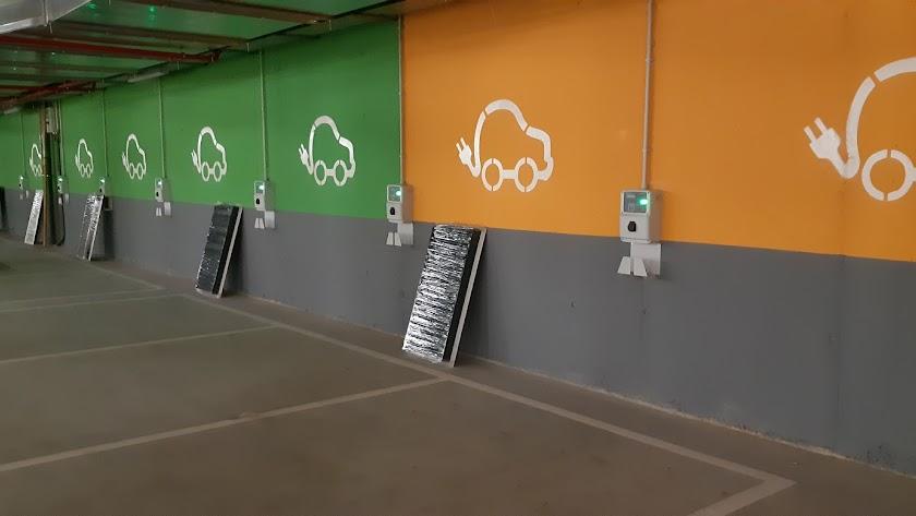 Puntos de carga para vehículos eléctricos en el Centro Comercial Torrecárdenas.