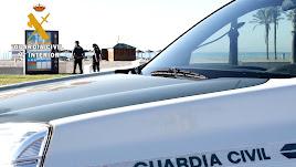Agentes de la Guardia Civil de una patrulla en la Urbanización de Roquetas de Mar