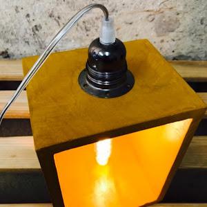 lampe à poser en béton de couleur jaune moutarde avec détail industriel