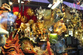Photo: Quartier San Marco - dans le plus pur respect de la tradition, sont proposés des masques de tous les styles. Ici les productions originales d'un artisan italien.
