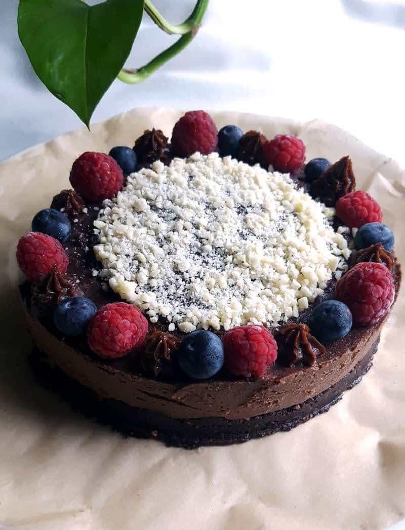 pastelitos raw de chocolate, con arándanos y frambuesas.