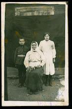 Photo: Kunigas Vl. Šlevas (7 metų) su seserimi ir motina. Fotografas nežinomas. 20 a. II deš.