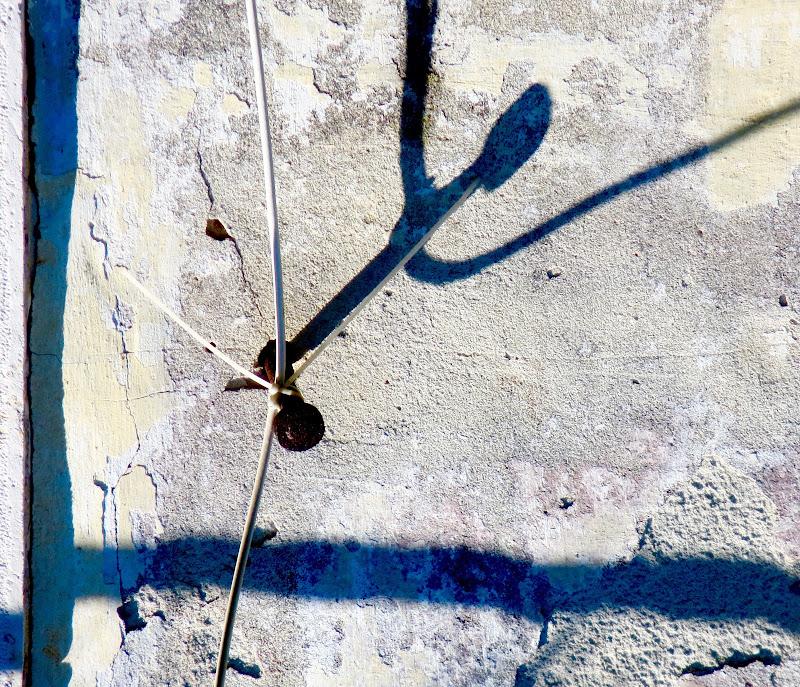 strano omino sul muro di mariellaturlon