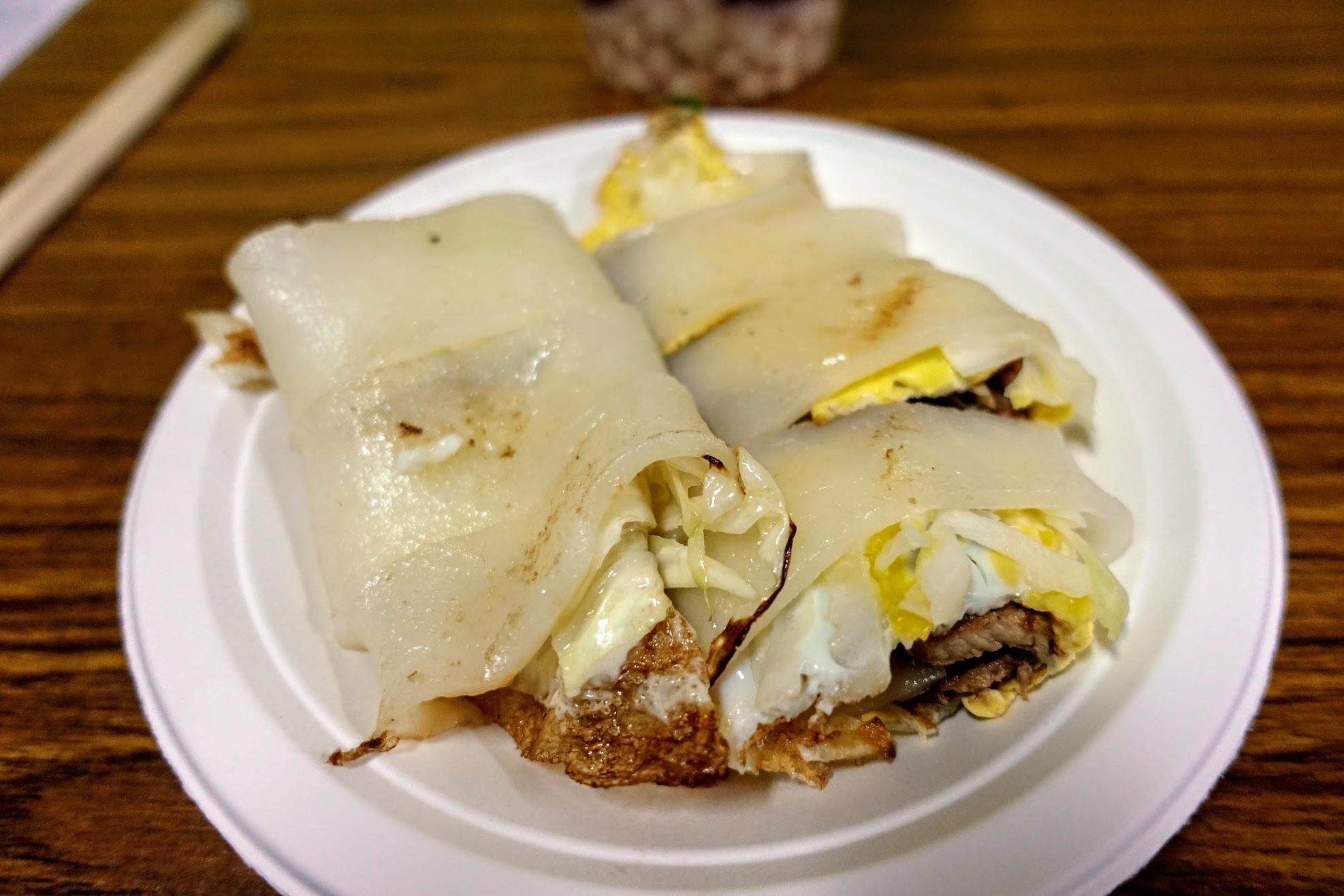 豬肉河粉蛋餅,皮是用河粉去包的喔! 裡頭則是有蛋、菜、豬肉...