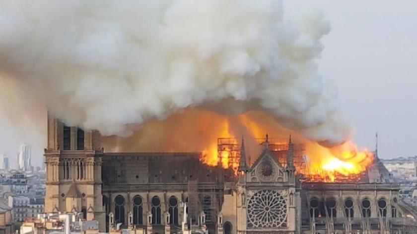 La Catedral de París, en llamas.