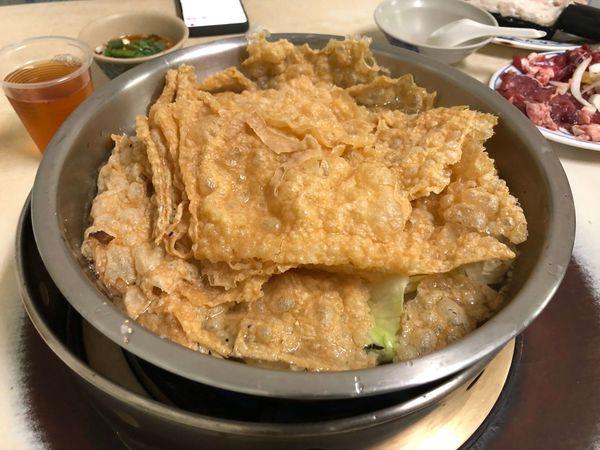 味味香廣東汕頭牛豬羊肉爐/鹽埕區的人氣汕頭火鍋老店,便宜又好吃,豆皮的份量很多,聽說熱炒也一是大亮點 附菜單