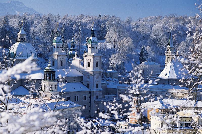 Photo: Blick vom Kapuzinerberg auf die verschneite Altstadt von Salzburg.
