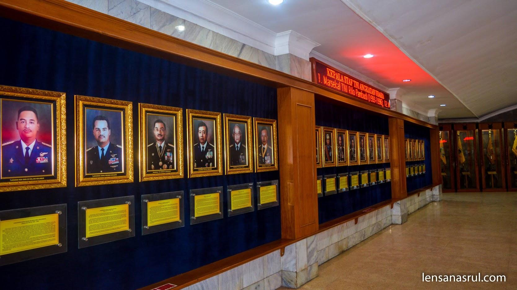 Pintu masuk pertama di hadapkan dengan informasi kelapa staf beserta pahlawan