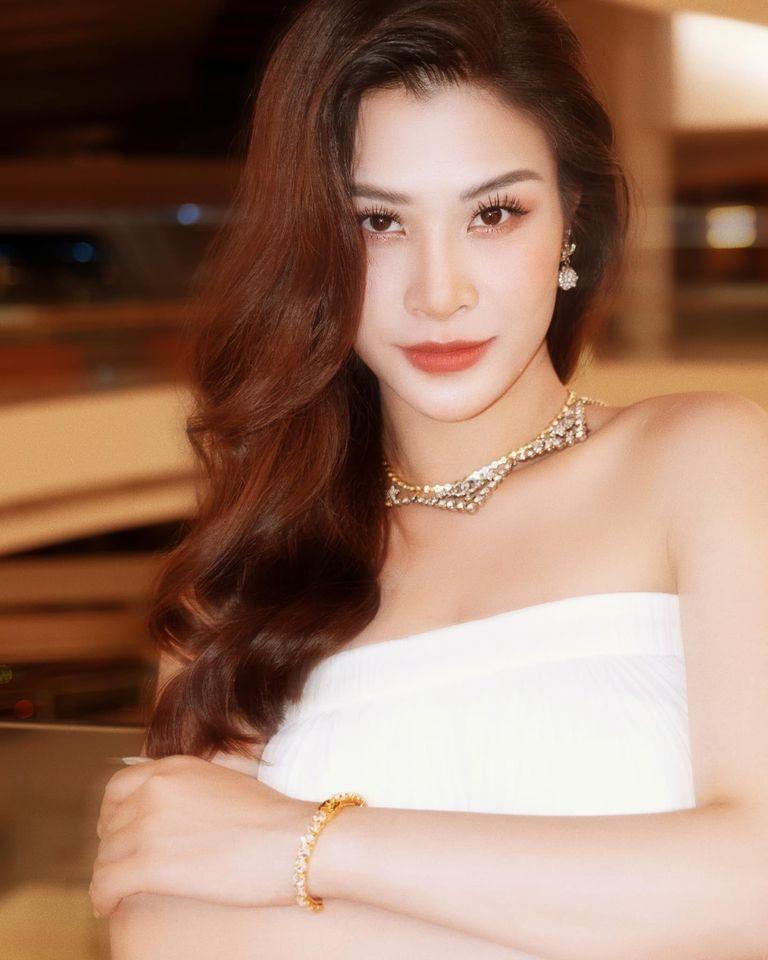 Mẹ bầu Đông Nhi diện váy xòe trắng trong đêm nhạc của Noo Phước Thịnh - ảnh 2