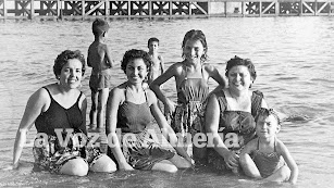En la foto, un grupo de mujeres y niños en la playa de Villacajones, al fondo el Cable Francés.