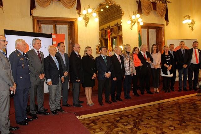 Una amplia representación institucional, social, económica y empresarial asistió a la entrega del galardón.