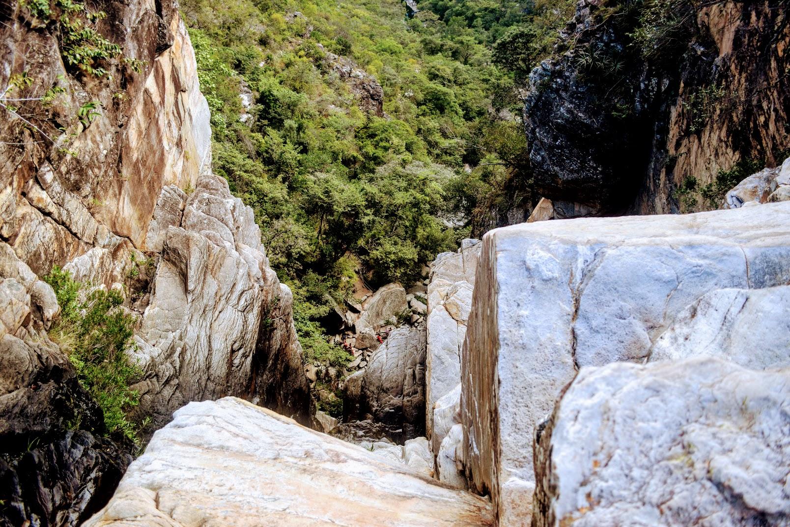 O topo da Cachoeira Véu da Noiva - repare as pessoas lááá embaixo!