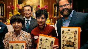 Isabel martínez,  en el centro de la imagen, junto a otros galardonados.