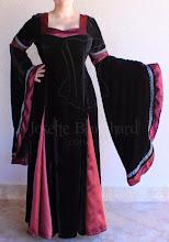 Photo: Vestido medieval em veludo cristal, com detalhes e pregas em cetim com passa-fitas traseiro e aplicação de renda prata. A partir de R$ 400,00.