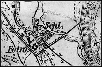 """Photo: Powiększenie mapy z 1880 roku z uwidocznionym układem urbanistycznym majątku Hompeschów. Zaznaczony pałac, zabudowania folwarku. Istnieją już dwa stawy pomiędzy pałacem, a folwarkiem. Poprzez strumień je nawadniający przerzucone są trzy mostki - śluzy. Nie istnieje jeszcze szereg stawów hodowlanych utworzonych później w starorzeczu Sanu (wzdłuż skarpy), jest tylko pierwszy o lekko trapezowym kształcie. Na mapie zaznaczono figurę św. Onufrego (nie zachowana do dzisiaj). Co ciekawe na planie nie ma zaznaczonej kaplicy dworskiej (czyżby jeszcze wtedy nie istniała?). Zaznaczono sady i ogrody wokół pałacyku. W prawym dolnym rogu widać na Sanie """"drabinkę"""", to prawdopodobnie rzeczny port dla szkut ładujących zboże z usytuowanych w pobliżu spichlerzy."""