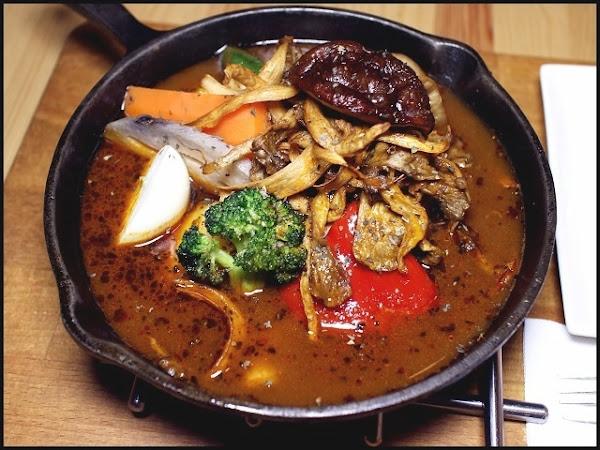 銀兔湯咖哩師大店~引進北海道湯咖哩,用大量新鮮蔬菜熬製湯底,堅持每日現做,品嚐道地日本咖哩文化!師大美食