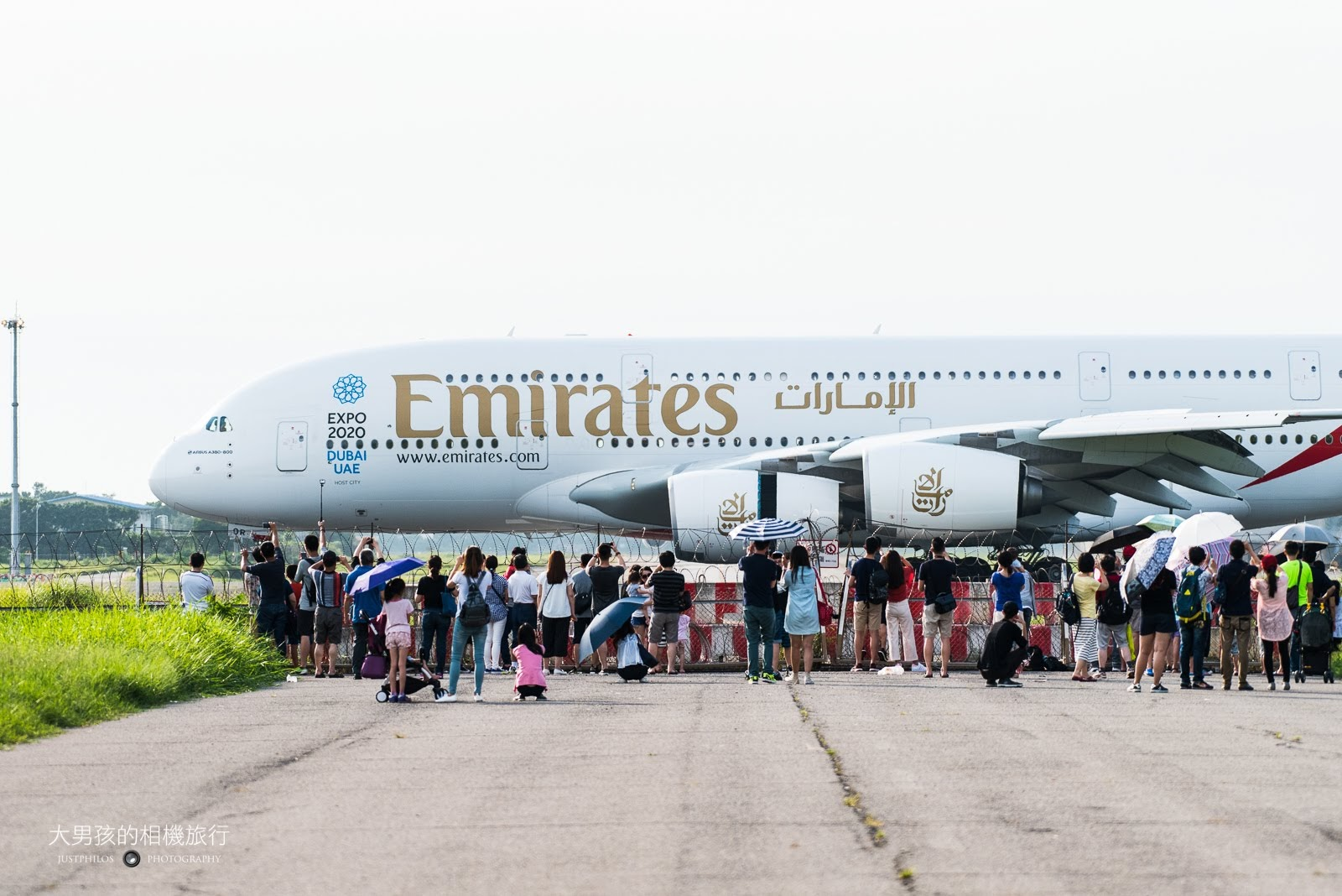 桃園大園戰備聯絡道可以近距離從側面欣賞降落滑行的A380客機。