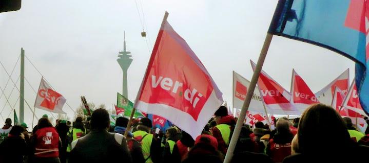 Demonstrierende mit ver.di-Fahnen.