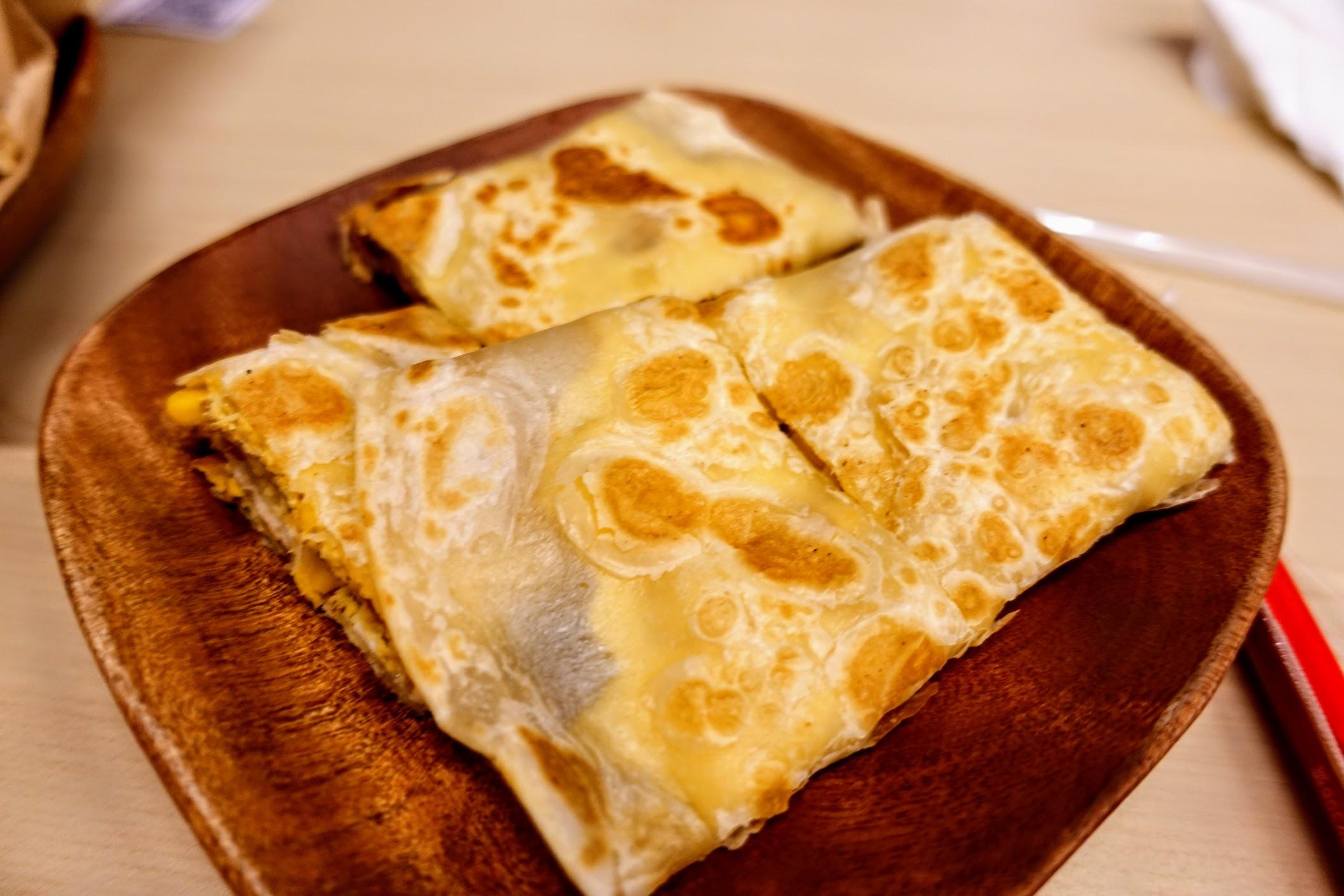 玉米蛋煎餅,本來想看看千層酥的蛋煎餅是怎麼樣子的...XD