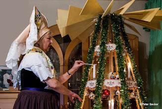 Photo: Der deutsche Weihnachtsbaum hielt erst sehr spät Einzug in den Spreewald. Vermutlich mangels geeigneter Tannen und Fichten zeigten sich die Spreewälder erfinderisch und bauten sich aus Leisten eine drehbare Weihnachtspyramide. Die konnte, je nach Geschick des Bastlers, durchaus auch Zimmergröße erreichen. Mit allerlei Zierrat versehen, stand sie dem deutsch-christlichen Pendant nichts nach. Der Burger Dieter Dziumbla schuf nach traditionellem Vorbild Drehbäume in verschiedener Ausführung und Größe. Das schönste Exemplar steht im Wohnzimmer der Familie. Ganz dem Anlass angemessen, wird beim ersten Entzünden der Kerzen von Christa Dziumbla die Festtagstracht getragen.