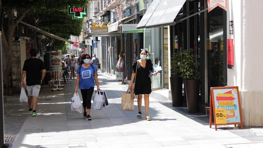 Dos mujeres con mascarilla en el Paseo de Almería.
