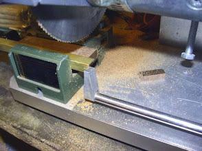 Photo: Les différents profilés sont débités grace à une petite tronçonneuse. Les coupes sont nettes.