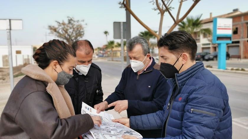 Revisión del proyecto por parte del alcalde y el edil de Urbanismo.