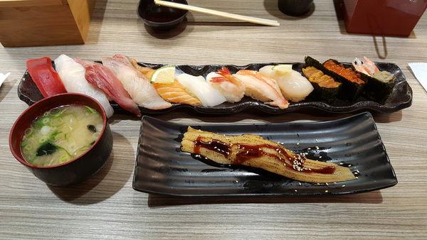 天晴迴轉壽司あっぱれ 跟著壽司羊一起來吃日本師傅開的迴轉壽司吧!!! 沒什麼服務要收服務費也真是呵呵,迴轉台上放東西的方式真的很不專業,不過下午可吃到還算可以的壽司,就只能付出多一點的代價了...