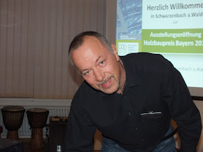 Photo: Werner Peetz, Mitarbeiter des Holzforums Schwarzenbach a.Wald, bei den Vorbereitungen im Sitzungssaal