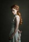 staande jonge vrouw met lang, gevlochten, haar