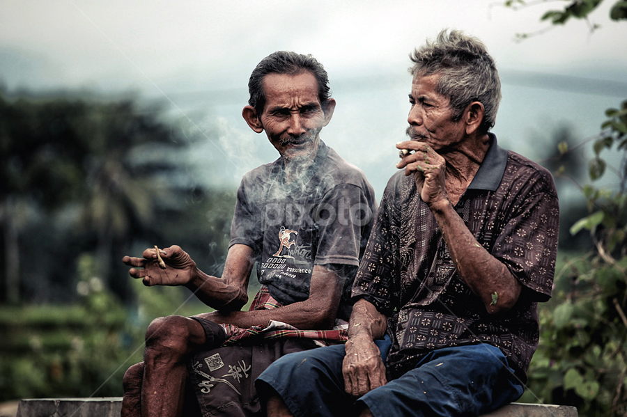 Smoking talking by Didik Mahsyar - People Street & Candids