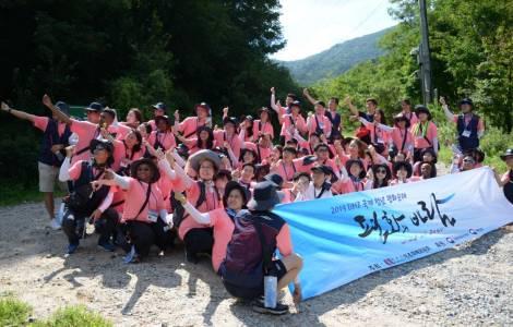 Những người hành hương trẻ tuổi gặp gỡ hòa bình ở vùng Phi quân sự của Triều Tiên
